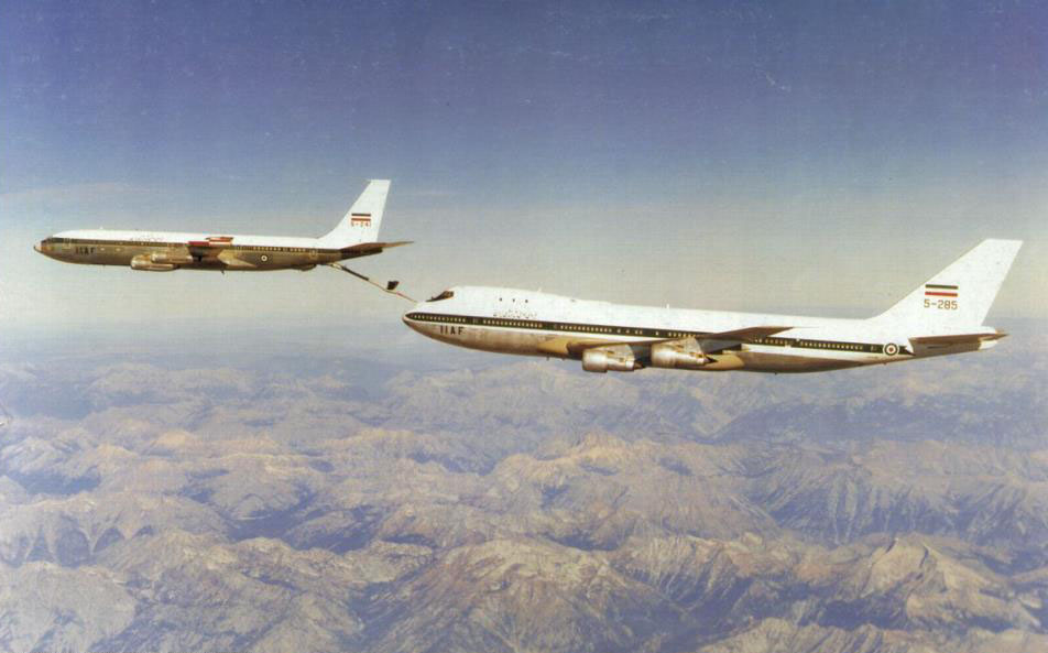 Leading Boeing 707 refuelling a trailing 747 using a rearward extended boom